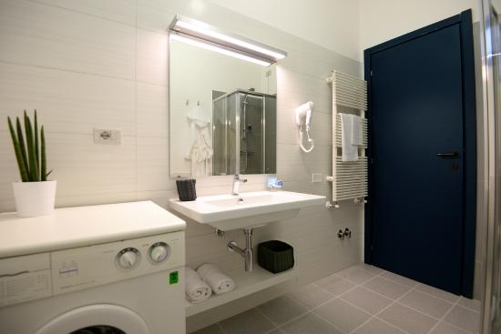 Creamy bathroom paint color work fine with small bathrooms.
