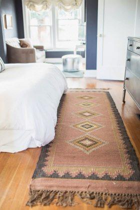 e9c2cff0b8dbfecaba691e627ab49c85--layered-rugs-bedroom-bedroom-rugs