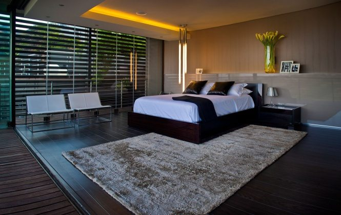luxury-modern-bedroom-design-with-wooden-floor-tiles-white-bench-seat-carpet-tiles-and-wood-bed-frame-with-white-cover-ideas