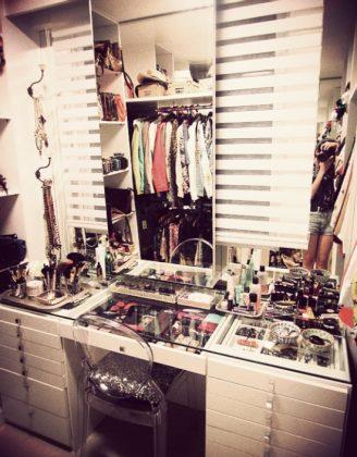 Luxurious-Walk-in-Closet-Vanity-Table-Idea
