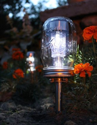 mason-jar-DIY-solar-yard-light